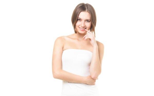 ロシアのMetaQuotesSoftware社が開発したメタトレーダーを使う男性を見て微笑むロシア女性